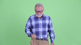 Boze hogere gebaarde hipstermens die op camera richten stock video