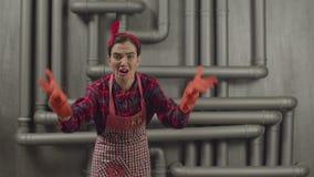 Boze huishoudstervrouw die bij iemand schreeuwen stock video