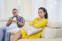 Boze jonge die vrouw door haar echtgenoot wordt genegeerd royalty-vrije stock fotografie