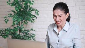 Boze jonge onderneemster die bij haar laptop schreeuwen stock videobeelden