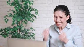 Boze jonge onderneemster die bij haar laptop schreeuwen stock footage