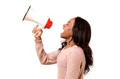 Boze jonge vrouw die in een megafoon schreeuwen Stock Foto's