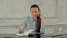 Boze jonge vrouw die op telefoon gillen Negatief stock videobeelden
