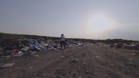 Boze jongen die in stortplaats lopen stock video