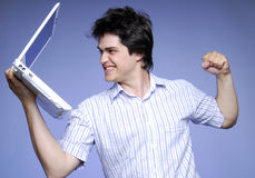 Boze jongen met wit notitieboekje. De foto van studio's. Royalty-vrije Stock Foto's