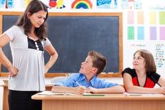 Boze leraar die doen schrikken jongen bekijkt Stock Foto's