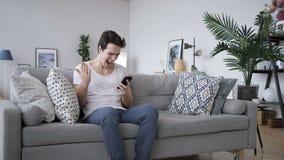 Boze Mens die in Frustratie gillen, die op Telefoon gebruiken stock videobeelden