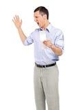 Boze mens die na het bekijken opslagontvangstbewijs schreeuwt Royalty-vrije Stock Foto's