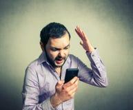 Boze mens die op telefoon schreeuwen Stock Foto