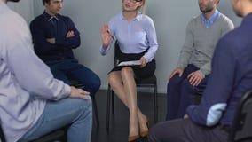 Boze mens die over conflict met collega op psychotherapievergadering spreken stock video