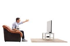 Boze mens het letten op voetbal op TV en het schreeuwen Stock Foto