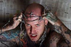 Boze mens met tatoegeringen stock afbeelding