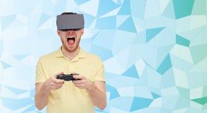 Boze mens in virtuele werkelijkheidshoofdtelefoon met gamepad Stock Foto's