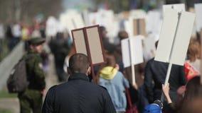 Boze mensen in banners op een stadsstraat Agressieve menigte bij verzamelings dichte omhooggaand stock video