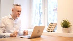 Boze Middenleeftijdsmens die aan Laptop werken stock footage