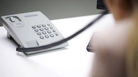 Boze onderneemster die met computer telefoon uitnodigen stock videobeelden