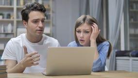 Boze Ontwerper Girl Yelling en het Debatteren met Partner op het Werk stock videobeelden