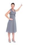 Boze schitterende vrouw die in elegante kleding vinger benadrukken Stock Fotografie