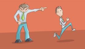 Boze verstoorde mens het richten aan de linkerzijde en zijn werknemer het lopen Stock Fotografie