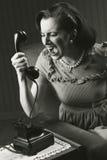 Boze vrouw die bij retro telefoon gillen Stock Afbeeldingen