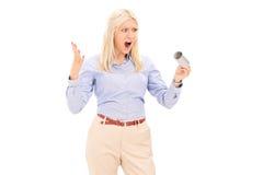 Boze vrouw die een leeg toiletpapierbroodje houden stock fotografie