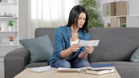 Boze vrouw die een ontvangstbewijs lezen stock video
