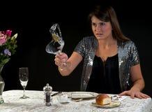 Boze vrouw die haar drank werpt stock afbeeldingen