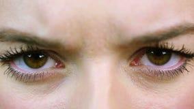Boze vrouw die haar ogen, extreem close-up verknoeien Bezorgde, zenuwachtige persoon stock footage