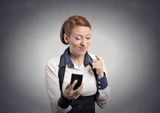 Boze vrouw die met vinger op slimme telefoon richten royalty-vrije stock foto
