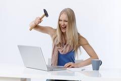 Boze vrouw het aanvallen laptop computer royalty-vrije stock afbeelding