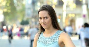 Boze vrouwen gesturing duim neer in de straat stock videobeelden
