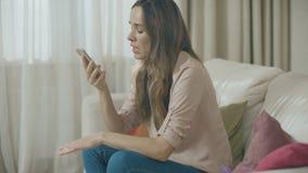 Boze vrouwen sprekende telefoon thuis Portret van de verstoorde mobiele telefoon van de persoonsvraag stock video