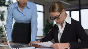 Boze werkgever die incompetente stagiair, ontevreden met fouten in het werk berispen stock footage