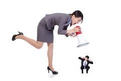 Boze werkgever die met megafoon aan Personeel schreeuwen Royalty-vrije Stock Afbeelding