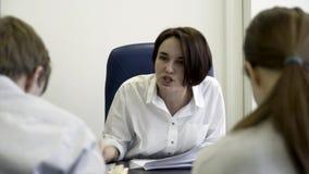 Boze werkgever, vrouw die bij mede arbeiders schreeuwen, die documenten, zaken, uiterste termijn, mislukking, negatief emotiescon stock video