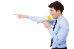 Boze zakenman die die megafoon met behulp van op wit wordt geïsoleerd Stock Foto's