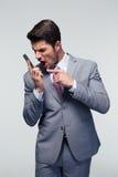 Boze zakenman die op de telefoon schreeuwt Stock Foto