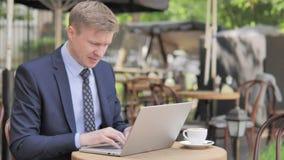 Boze Zakenman Working op Laptop in Frustratie stock videobeelden