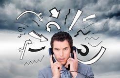 Boze zakenmanverwarring omhoog in telefoondraden Stock Foto's