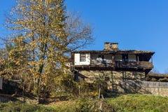 BOZHENTSI, BULGÁRIA - 29 DE OUTUBRO DE 2016: Casas velhas na vila de Bozhentsi, Bulgária Imagens de Stock Royalty Free