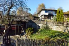 BOZHENTSI, BULGARIA - 29 OTTOBRE 2016: Vista di autunno del villaggio di Bozhentsi, Bulgaria Immagini Stock