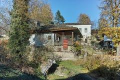 BOZHENTSI, BULGARIJE - OKTOBER 29 2016: De herfstmening van dorp van Bozhentsi, Bulgarije Royalty-vrije Stock Fotografie