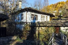 BOZHENTSI, BULGARIJE - OKTOBER 29 2016: De herfstmening van dorp van Bozhentsi, Bulgarije Royalty-vrije Stock Afbeeldingen