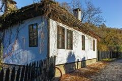 BOZHENTSI, BULGARIJE - OKTOBER 29 2016: De herfstmening van dorp van Bozhentsi, Bulgarije Stock Afbeelding