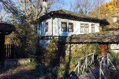 BOZHENTSI, BULGARIJE - OKTOBER 29 2016: De herfstmening van dorp van Bozhentsi, Bulgarije Royalty-vrije Stock Foto's