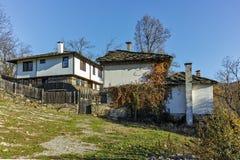 BOZHENTSI, BULGARIJE - OKTOBER 29 2016: De herfstmening van dorp van Bozhentsi, Bulgarije Royalty-vrije Stock Foto