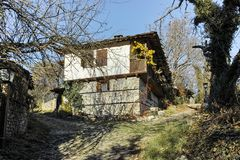 BOZHENTSI, BULGARIJE - OKTOBER 29 2016: De herfstmening van dorp van Bozhentsi, Bulgarije Stock Afbeeldingen