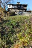 BOZHENTSI, BULGARIJE - OKTOBER 29 2016: De herfstmening van dorp van Bozhentsi, Bulgarije Stock Foto