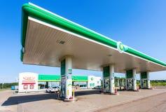 BP或英国石油加油站在夏日 免版税库存照片