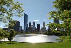 BP步行桥和芝加哥摩天大楼 免版税库存图片